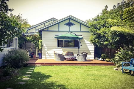 Double bedroom in beachside suburb - North Narrabeen