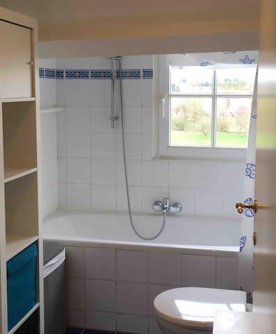 Salle de bain côté jardin avec bain/douche - wc et lavabo - rangement