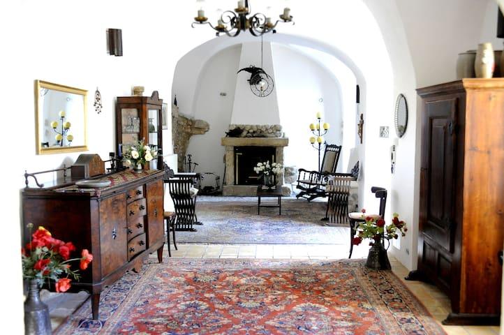 """Appartment in restaurierter Burg """"IL CASTELLUCCIO - Lecce Nei Marsi - Bed & Breakfast"""