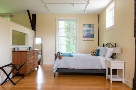 Peaceful/modern post and beam studio apartment