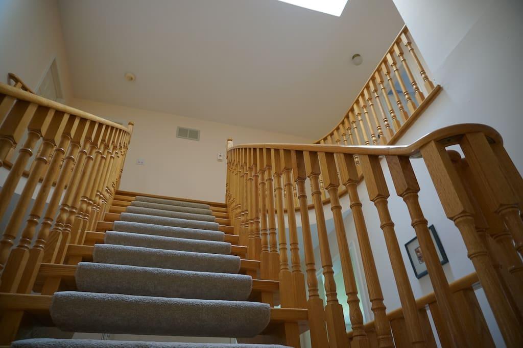 房屋内橡木楼梯