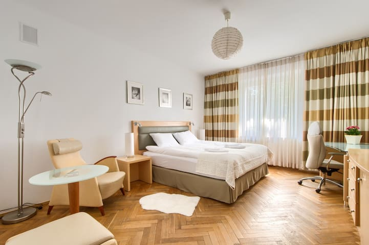 Airport Apartment Kings Bed TV Free Wifi FV by 404