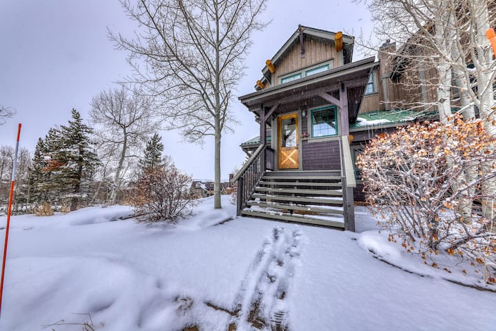 Rustic condo w/ gas fireplace, private balcony, & mountain views - close to ski!