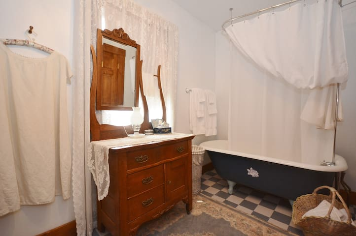 Floral Boarder King Guest Room - Ligonier - Penzion (B&B)