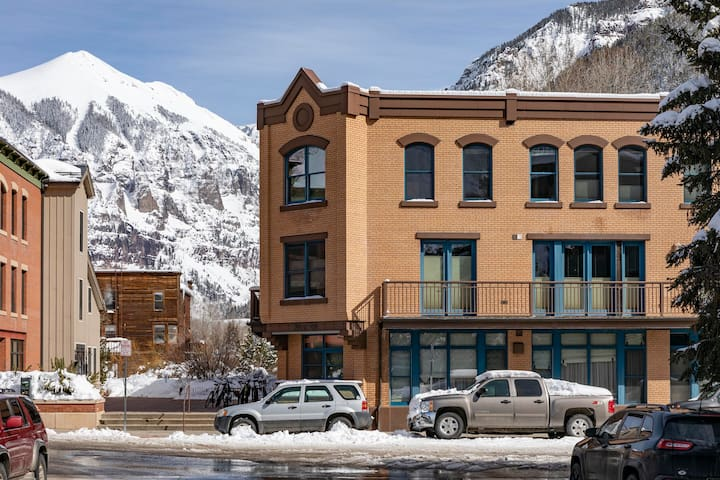 Ballard House, 2 blocks from both Gondola and Downtown / Colorado Avenue.