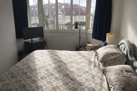 Spacious room with comfortable bed in N12 - Londres - Casa