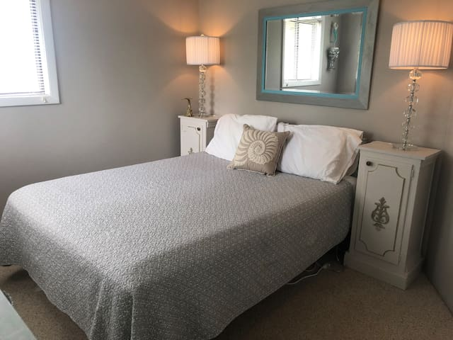 South bedroom with Queen.  All linens provided.