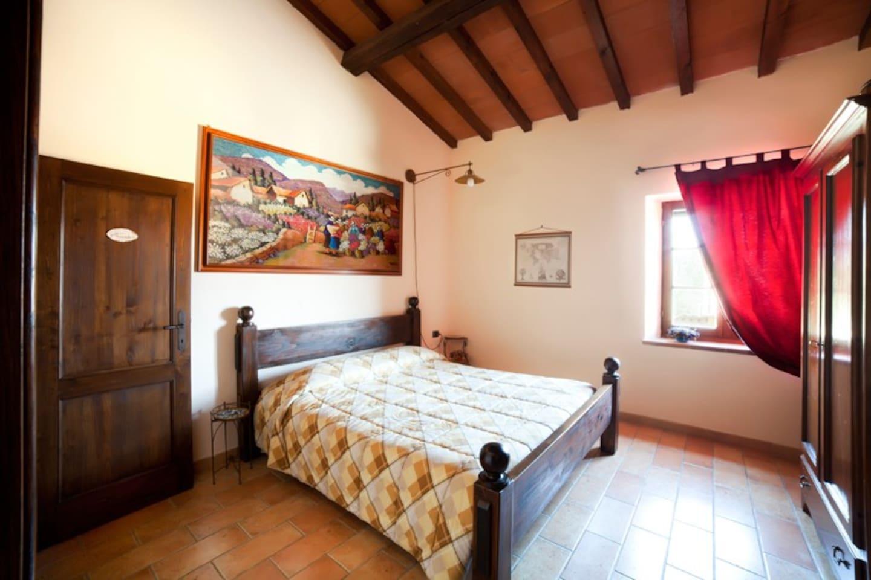 Camera matrimoniale con bagno privato e vista giardino