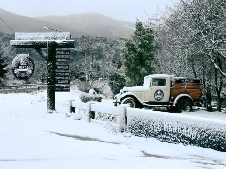 Ésta es la entrada al complejo y a nuestro departamento. Nevada, no se ve linda?