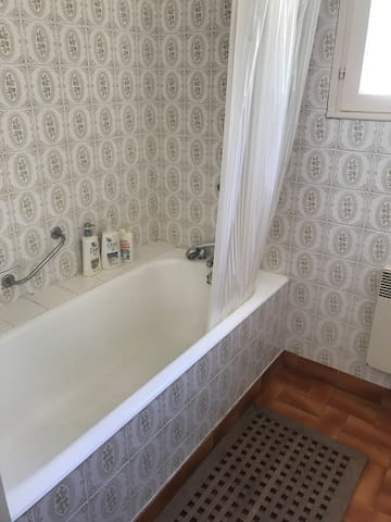 SDB rez de chaussée avec baignoire