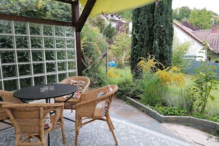 Ferienwohnung mit gemütlicher Wohnküche und Garten