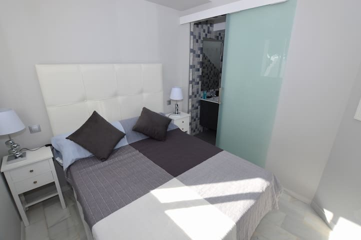 Guest bedroom with it's own en suite shower and toilet.