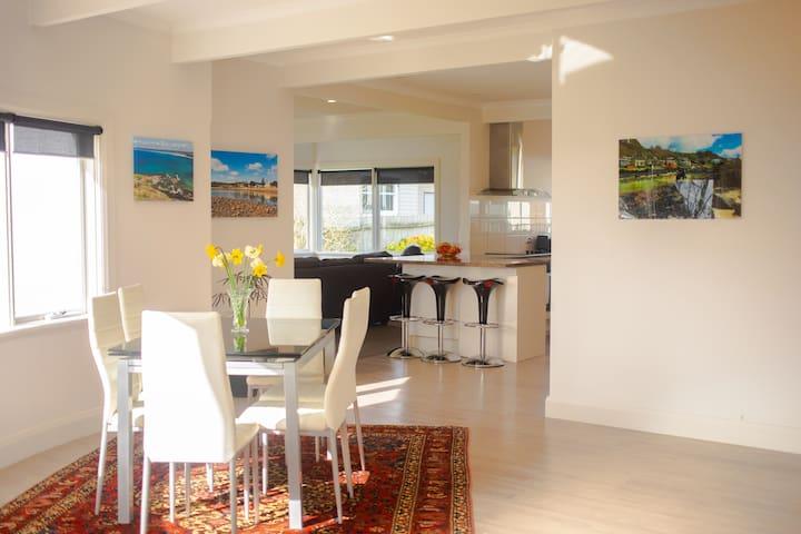 Seaside Retreat - luxury holiday home, ocean views