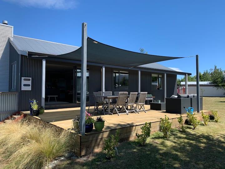 Modern comfortable home near town centre & lakes