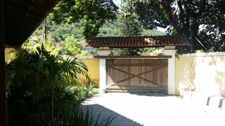 Portão principal, acesso à sala.