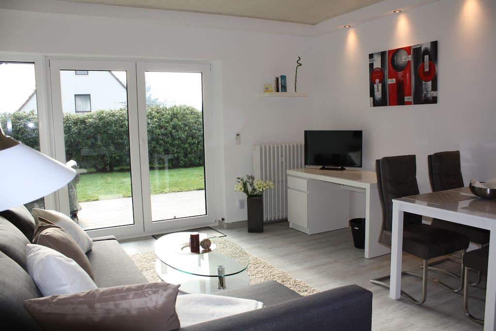 Wohnzimmer und Esszimmer sehr hell und mit Schlossblick, Schreibtisch, TV, Hifi, Esstisch 4 Stühle, schöne Küche, Sofa als Zustellbett ausziehbar