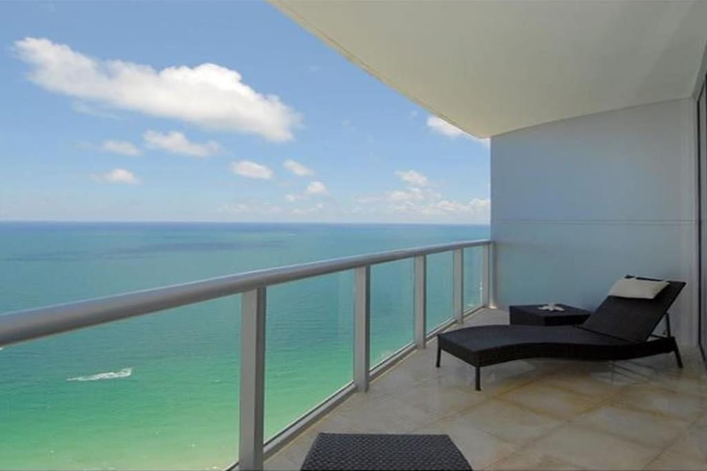 RELAX IN YOUR BALCONY WITH THE MOST SPECTACULAR OCEAN VIEWS!!