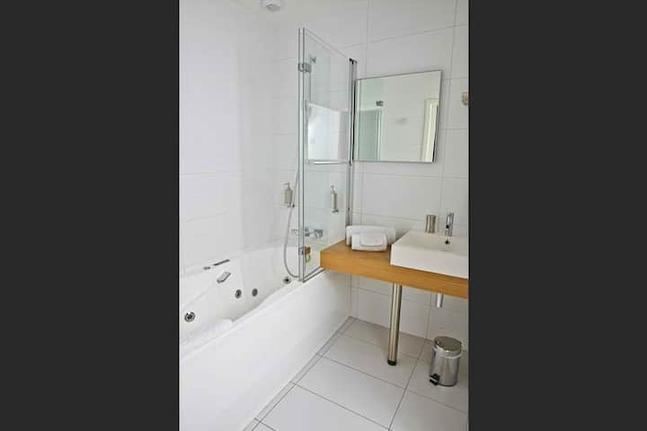 Quad room-Superior-Ensuite with Shower-Countryside view-4/5 ou 9.5/10  minimum
