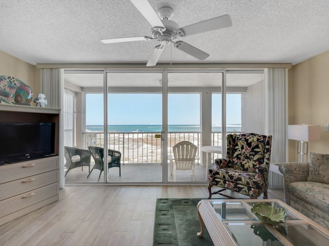 Bright, bay view condo, Steps to the beach, Beach service and bicycles included