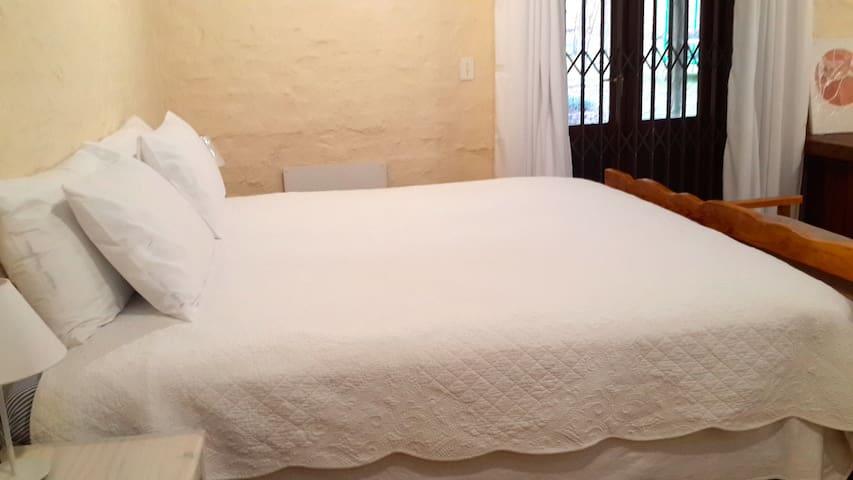 Hobbits Place Spacious bedroom. - Midrand - Apartment