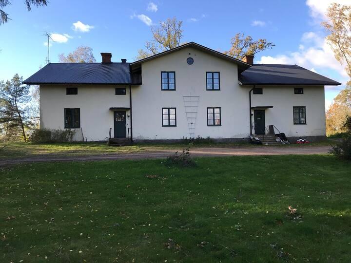 Möblerad lägenhet på landet utanför Kristinehamn