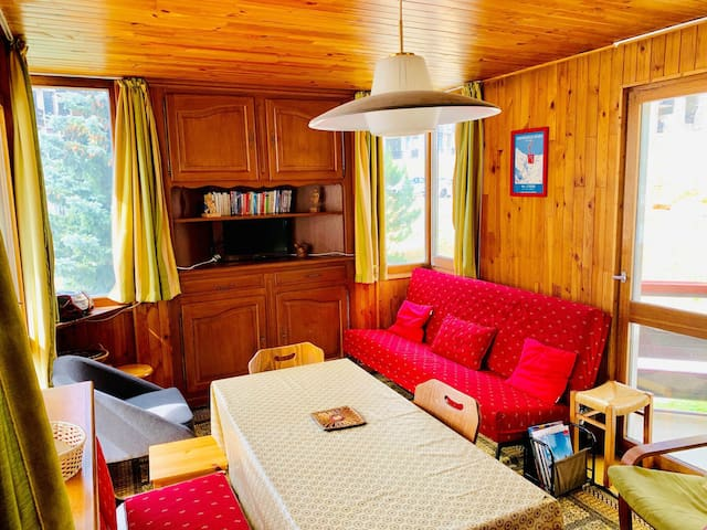 2 bedroom apartment located in Val d'Isère, close to town centre and 300m away from the slopes