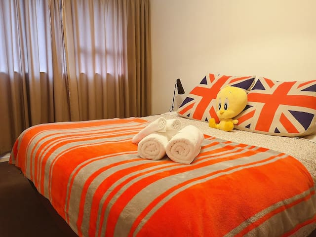 Queenbed room Close to shopping centre and airport