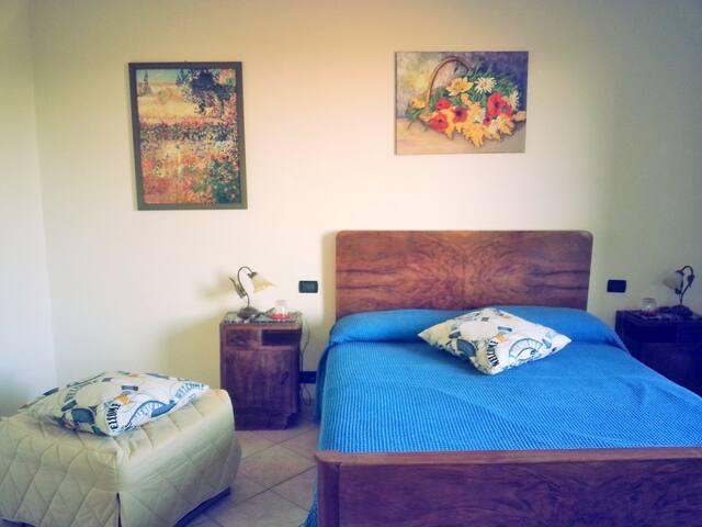 camera con 1 letto matrimoniale e un puff/letto singolo