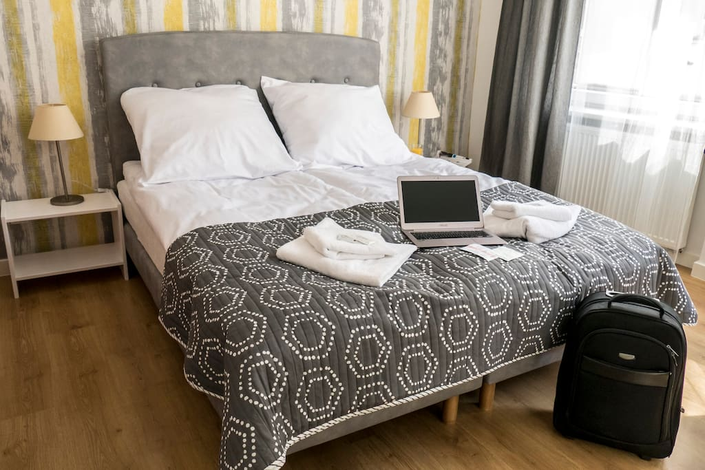Sypialnia z podwójnym łóżkiem, stoliki nocne
