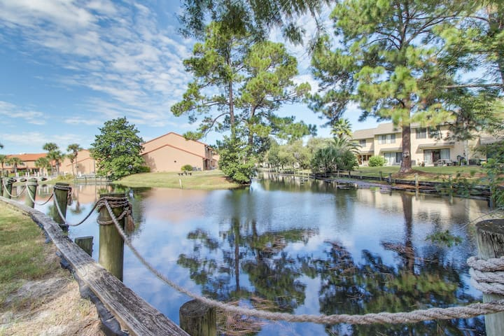 Townhouse w/shared pools, tennis court, beach access - snowbirds welcome!