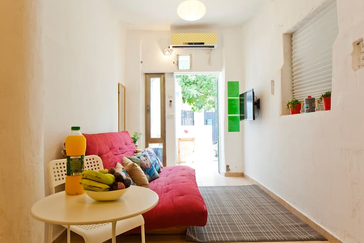 BeACh & MarKeT PriVaTe HoUsE + BaLcoNY  - Tel Aviv-Yafo