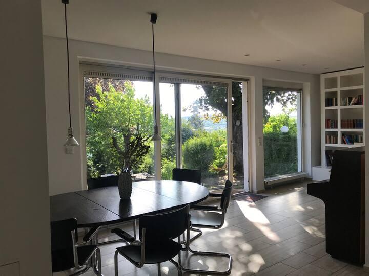 Privates Zimmer mit Aussicht in Villa-WG