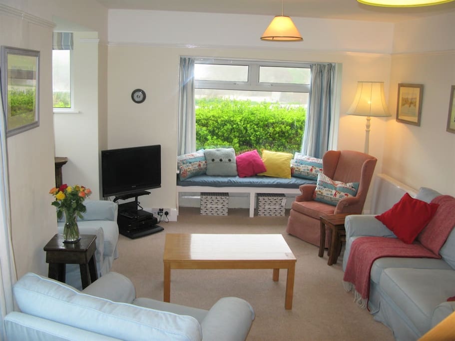 Large sitting room to comfortably seat 8+.