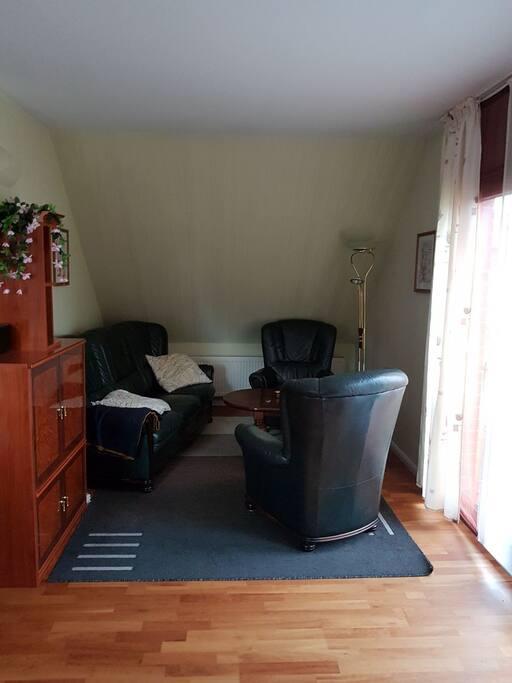 Wohnzimmer mit TV, Essbereich und offener Wohnküche