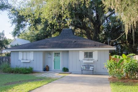 Newly Renovated, Close to Beach, Shopping  & Food!