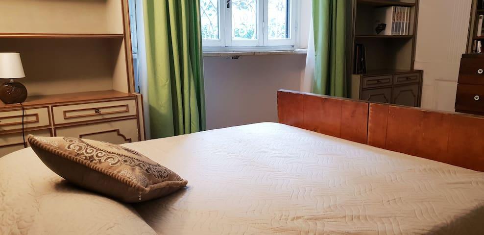Seconda camera matrimoniale. Ogni nostro letto è dotato di finiture alberghiere per quanto riguarda: coprimaterasso, lenzuola, federe, cuscini e trapunte copriletto. Coccolatevi con finiture alberghiere!