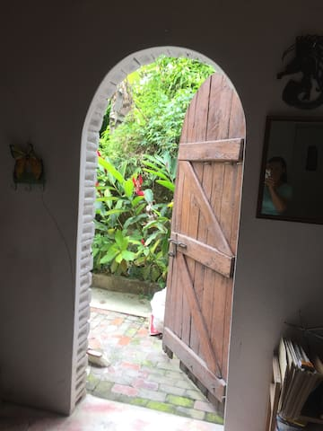 Guest room, artistic home, semi-rural Pernier, PV