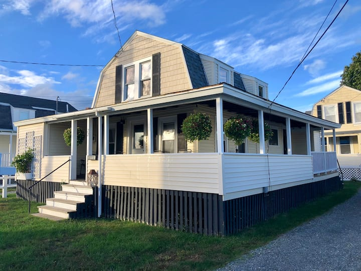 Cottage on quiet dead end st 1 min to the beach!