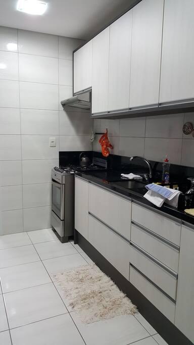 Cozinha completa com louças e demais utensílios