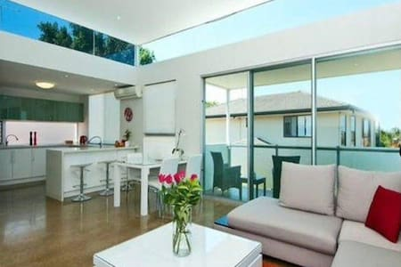 6 BEDROOM GOLD COAST MODERN GETAWAY - Ashmore - 獨棟