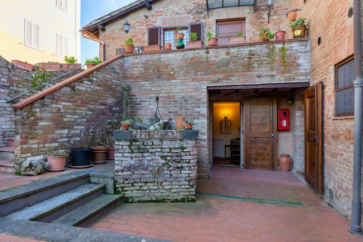 Quaint Holiday Home in Siena with Jacuzzi