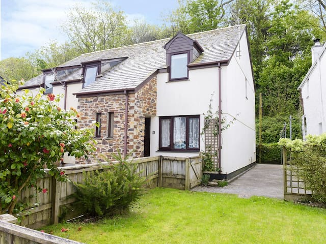 HONEYSUCKLE COTTAGE, with a garden in Padstow, Ref 983593