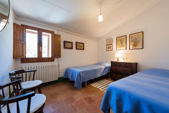 Room 2 single beds