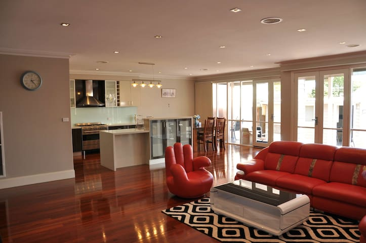 Large 5 BR Luxury house 10min drive from CBD可以讲中文 - Footscray - Ev