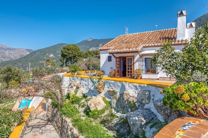 Pretty Cottage in Alcaucín with Private Swimming Pool