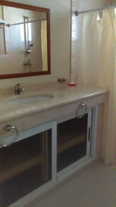 Baño con agua fría y caliente y secador de pelo