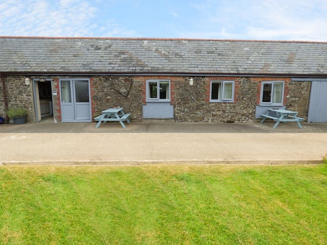 BYRE, pet friendly, country holiday cottage in Bude, Ref 957221