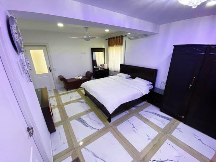 King Size Bedroom with Ensuite Bathroom+TV+Air Con