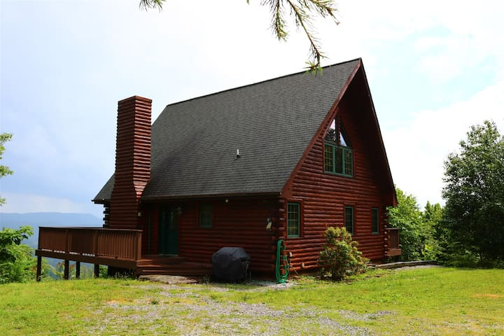 Eagles Landing-3BR Secluded Log Cabin w/Pool Table - Pet Friendly