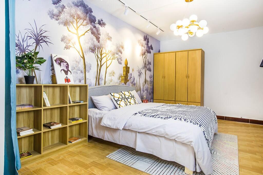 主卧干净简洁,明亮温馨,可以在床头小憩,看看书,让自己身心放松一下